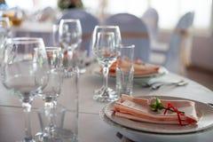 розы перлы приглашения украшения декора карточки boutonniere предпосылки wedding белизна Цветки в ресторане, сервировке стола Стоковое Изображение