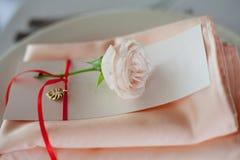розы перлы приглашения украшения декора карточки boutonniere предпосылки wedding белизна Личные оформление, карточки гостя и плит Стоковые Фотографии RF
