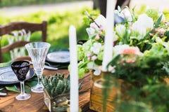 розы перлы приглашения украшения декора карточки boutonniere предпосылки wedding белизна Таблица для новобрачных Стоковое Фото