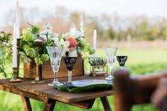 розы перлы приглашения украшения декора карточки boutonniere предпосылки wedding белизна Таблица для новобрачных Стоковая Фотография RF