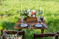 розы перлы приглашения украшения декора карточки boutonniere предпосылки wedding белизна Таблица для новобрачных Стоковое фото RF