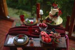 розы перлы приглашения украшения декора карточки boutonniere предпосылки wedding белизна Стоковые Фото