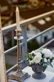 розы перлы приглашения украшения декора карточки boutonniere предпосылки wedding белизна Цветочная композиция с ягодами белыми Цв Стоковые Изображения