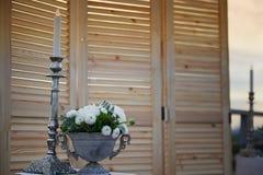 розы перлы приглашения украшения декора карточки boutonniere предпосылки wedding белизна Цветочная композиция с ягодами белыми Цв Стоковые Изображения RF