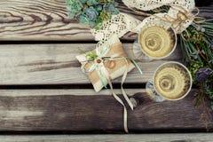 розы перлы приглашения украшения декора карточки boutonniere предпосылки wedding белизна Стоковые Изображения