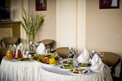 розы перлы приглашения украшения декора карточки boutonniere предпосылки wedding белизна Стоковая Фотография RF