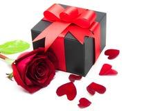 Розы подарка на день Валентайн, с сердцем выходят Стоковые Фото