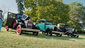 Роквилл, MD, США, октябрь 2017: Свободная под открытым небом выставка ретро автомобилей Стойка 3 старая автомобилей на зеленом лу сток-видео