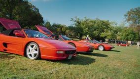Роквилл, MD, США, октябрь 2017: Свободная под открытым небом выставка ретро автомобилей Строка с шикарным красным Феррари сток-видео