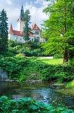 Рокируйте взгляд лета zamek Pruhonice или Pruhonicky (Прага, чехословакские) Стоковые Фото