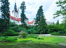 Рокируйте взгляд лета zamek Pruhonice или Pruhonicky (Прага, чехословакские) Стоковое Изображение RF