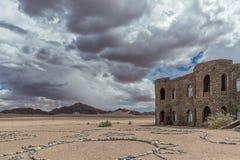 Рокируйте в минималистском лотке пустыни Namib стоковое фото