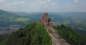 Рокируйте назначения вида с воздуха Trifels и перемещения Германии ландшафта Annweiler сельской местности акции видеоматериалы