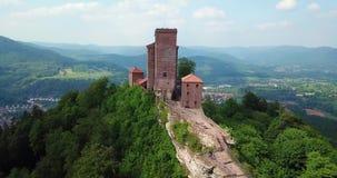 Рокируйте назначения вида с воздуха Trifels и перемещения Германии ландшафта Annweiler сельской местности видеоматериал