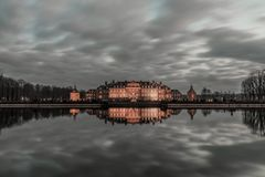 Рокируйте на ноче с отражением в озере Стоковая Фотография RF