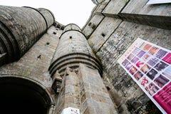 Рокируйте стены аббатства ` s St Michael в Нормандии Стоковые Фото