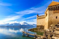 Рокируйте фронтом озера на голубой день Стоковая Фотография RF