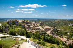 Рокируйте Les Baux де-Провансаль, Провансаль, Францию на теплый солнечный день стоковые изображения