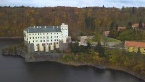 Рокируйте Orlik nad Vltavou в чехии - виде с воздуха видеоматериал