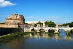 Рокируйте Sant'Angelo и мост на реке Тибра, Риме, Италии Стоковые Изображения