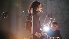 Рок-группа имея повторение в ярких светах сток-видео
