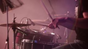 Рок-группа концерта выполняя на этапе барабанщик акции видеоматериалы
