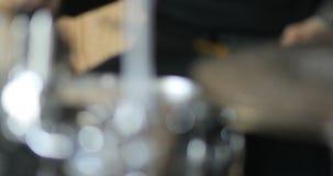Рок-концерт художника барабанщика крупного плана играя drumstick руки музыки барабанчика, тенет, 4k видеоматериал