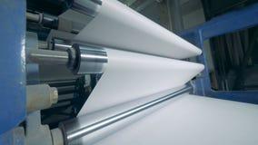 Ролики двигают белые листы, типографское оборудование сток-видео