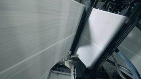 Ролики двигают длинные листы, типографское оборудование видеоматериал