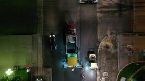 Ролики дороги выравнивая свежую мостовую асфальта на перекрестках города к ночь акции видеоматериалы