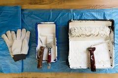 Ролики различных размеров, щетки и перчаток для красить стены и потолок чистит инструменты щеткой ролика картины Стоковое Фото