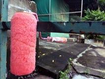 Ролик для красить, после краски розовый цвет стоковое изображение rf