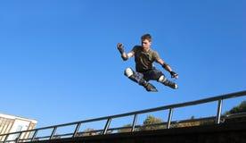 ролик парапета мальчика скача Стоковые Изображения RF