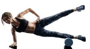 Ролик пены фитнеса pilates женщины работает изолированный силуэт стоковые изображения