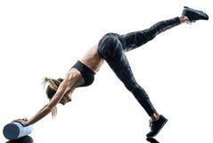 Ролик пены фитнеса pilates женщины работает изолированный силуэт стоковое изображение