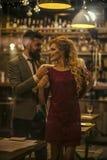 романско пары в влюбленности в кафе меха человека нося к женщине стоковые фотографии rf