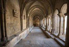 Романск уединяет церковь собора Trophime Святого в Arles Провансаль, стоковая фотография rf