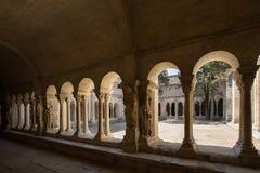 Романск уединяет церковь собора Trophime Святого в Arles Провансаль стоковое изображение