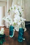 Романтичная белая орхидея на поле вазы Конец-вверх Стоковое Изображение