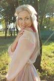 Романтичная блондинка в парке Стоковое Изображение