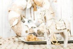 Романтичная винтажная предпосылка с деревянной лошадью и старым шнурком Стоковые Изображения RF