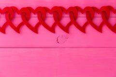 Романтичная граница красных сердец соединила в цепи Стоковая Фотография