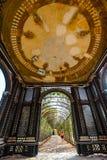 Романтичная дорожка сада формируя зеленый тоннель акаций в резиденции лета расположенной в вене стоковые изображения