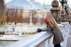 Романтичная девушка в Париже стоковое изображение rf