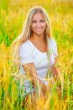 Романтичная девушка в wheaе поля Стоковая Фотография