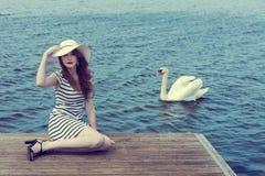 Романтичная девушка около лебедя на озере Стоковые Изображения RF