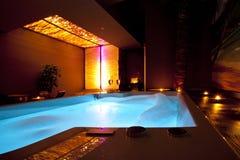 Романтичная золотая ванна КУРОРТА пены Стоковые Изображения RF