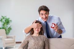 Романтичная концепция при человек делая предложение руки и сердца Стоковые Фото