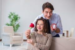 Романтичная концепция при человек делая предложение руки и сердца Стоковое Фото