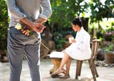 Романтичная концепция при человек держа белую розу и кольцо Стоковая Фотография RF